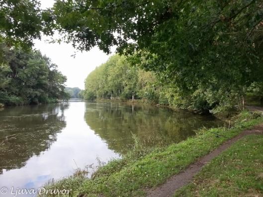 Inte Loire, men väl bifloden Sèvre där den flyter förbi Vertou, en förort till Nantes.